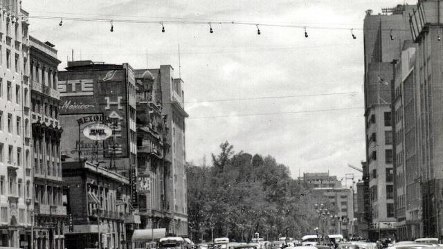 CRUCE DE REFORMA Y AVENIDA JUÁREZ CA. 1945.jpg
